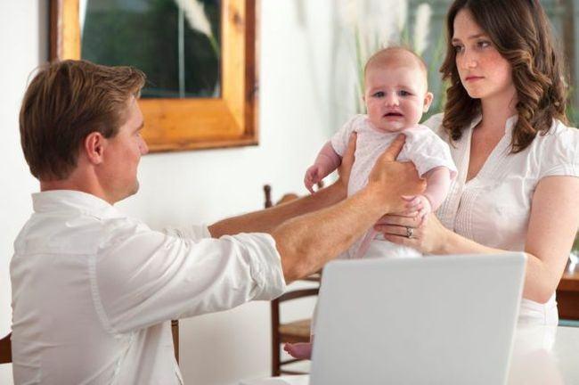 Noua moda. Inainte de nasterea copilului, parintii isi impart sarcinile prin contract