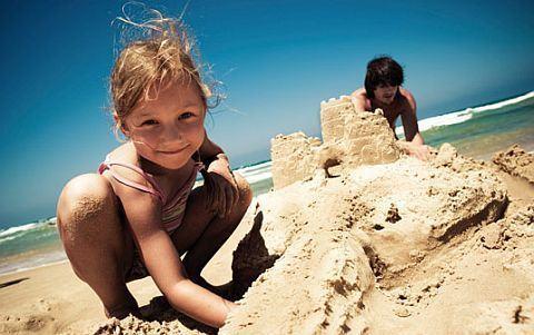 12 jocuri pentru copii la plaja