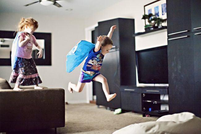 Studiu: Copiii inteligenti si cu vocabular bogat nu au acces la televizor