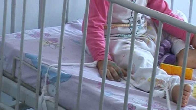 Fetita de 3 ani, obligata sa stea in spital, desi s-a vindecat dupa un incendiu. De ce nu poate pleca acasa