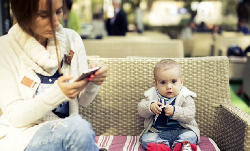 Cand stai toata ziua cu telefonul in mana nu-i mai acorzi atentie si grija copilului tau
