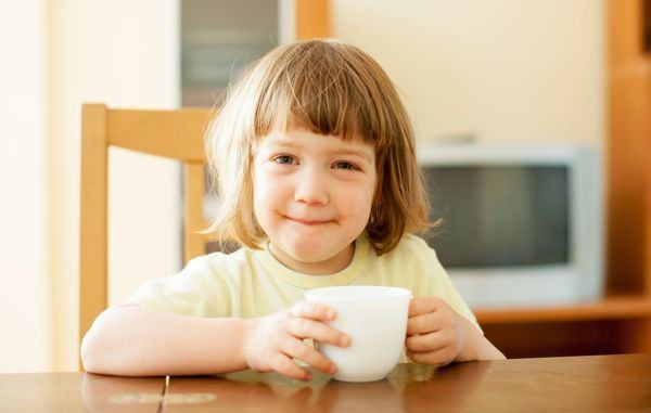 Bauturile copiilor. Ghid despre consumul de apa, suc, lapte si ceai