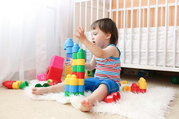 De ce este bine sa lasi copilul sa se joace singur! 10 beneficii