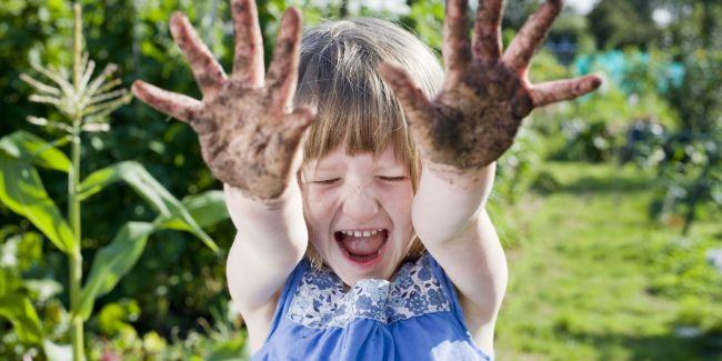 6 motive sa-ti lasi copilul sa se murdareasca