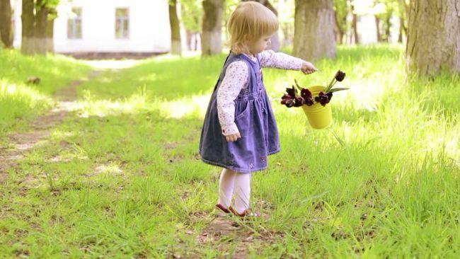 """Recomandarile unui pediatru: """"Un copil care sta doua luni la tara si alearga descult va fi sanatos tot anul"""""""