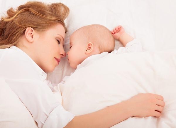 Beneficiile dormitului impreuna cu bebelusul