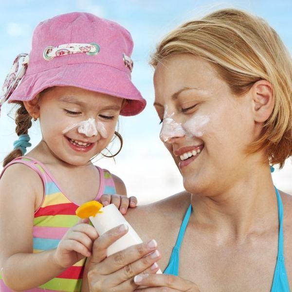 Ingredientele cremelor solare ajung in sange. Ce riscuri exista