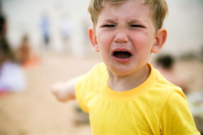 Cum sa ramai calma cand copilul are o criza de isterie in public