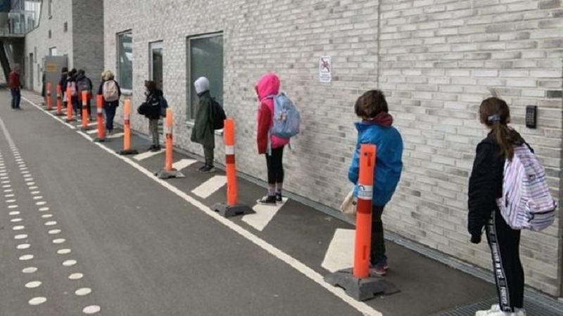 Cum se face scoala in tarile in care elevii au revenit la ore. Palarii de distantare si dezinfectanti