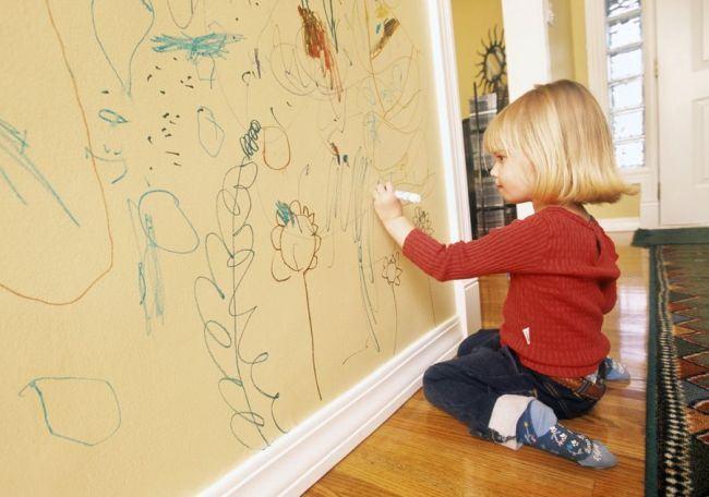 Lasa-ti copiii sa deseneze pe pereti! 6 beneficii ale acestei activitati