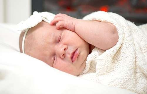 Cum il invatam pe bebelus diferenta dintre noapte si zi?