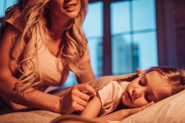 Copilul doarme cu tine in pat? Cum il inveti usor sa doarma in camera lui