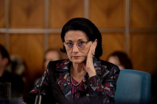 Ecaterina Andronescu vrea ca elevii sa nu mai inceapa cursurile la ora 8:00