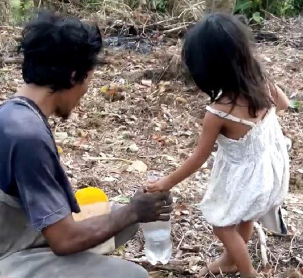 Povestea teribila a unei fetite de cinci ani care isi duce tatal orb in fiecare zi la munca