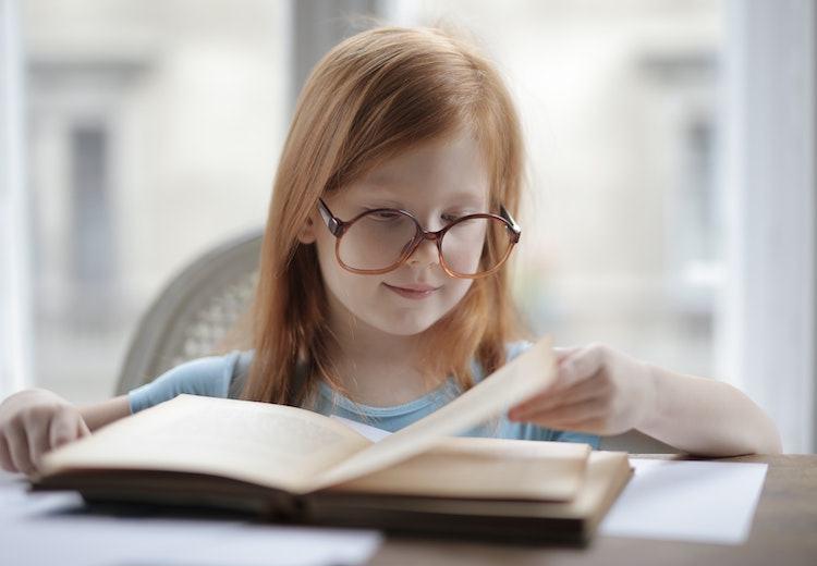 Fetita cu carte