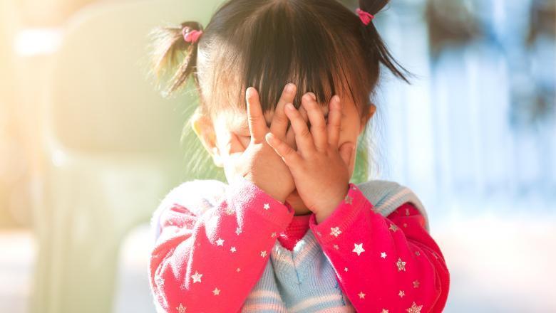 Fetita de 4 ani, data afara din clasa de catre educatoare chiar de ziua ei