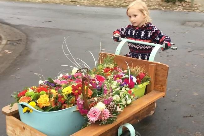 Adorabila! Aceasta fetita de 4 ani duce flori cu motocicleta batraneilor singuri