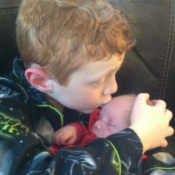 Si-a dorit un frate ani de zile, iar cand s-a nascut prematur l-a ingrijit ca un erou