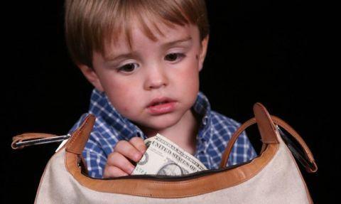 Copilul care fura de la parinti