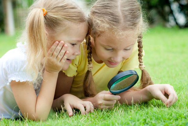 3 metode prin care iti transformi gazonul intr-o zona de joaca sigura pentru copii