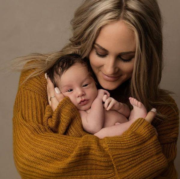 Fotografie impresionanta a unui nou-nascut cu cenusa fratelui sau geaman