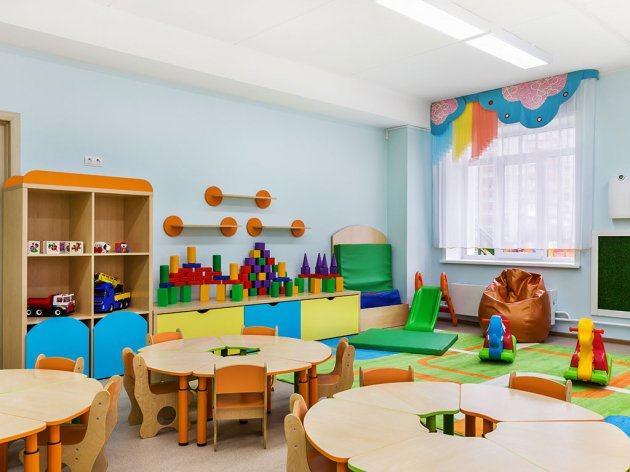 Fetita cu autism, izolata de educatoare intr-o clasa goala, in timpul unei inspectii