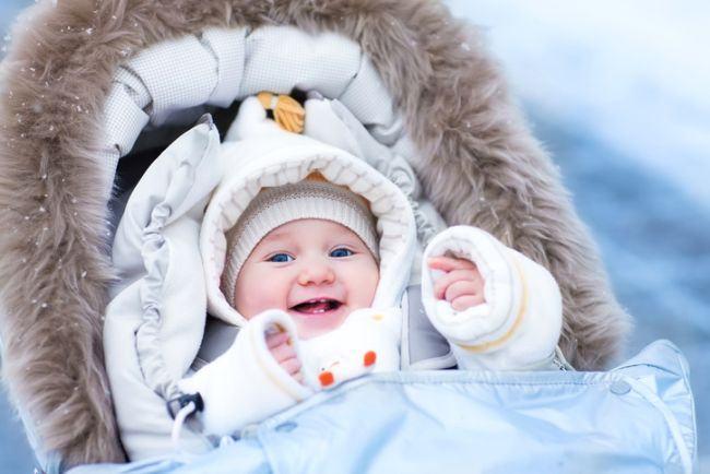 Cum iti imbraci bebelusul iarna