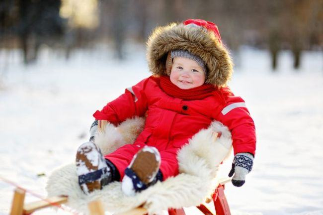 Plimbarea bebelusului iarna: Cand este prea frig sa il scoti afara