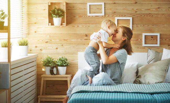 Studiile au dovedit ca este bine sa-ti tii copilul in brate