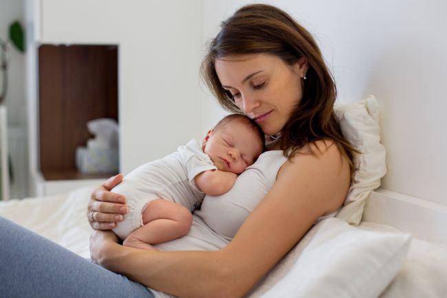 Imbratisarea copilului il face mai inteligent, dar aduce si alte beneficii