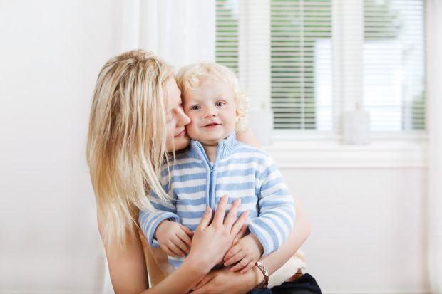 Cand copilul nu vrea sa fie pupat sau imbratisat: reguli pentru adulti