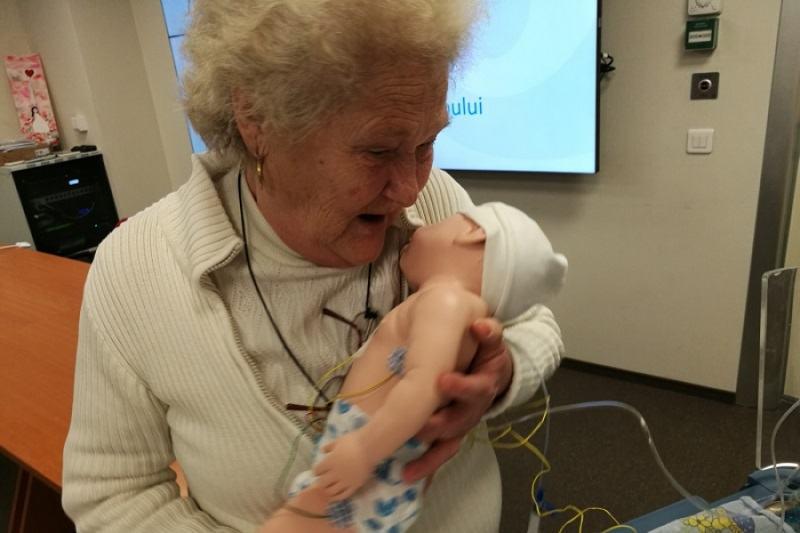 Zeci de batrani voluntari au grija de bebelusii abandonati la un spital din Bucuresti