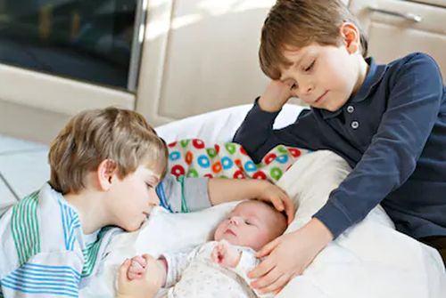 Relatia buna dintre frati se cultiva. Invata-i sa se iubeasca si sa se respecte