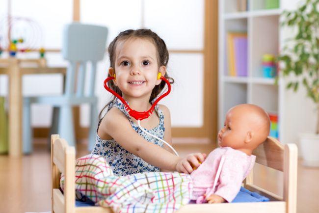 Ce invata copilul atunci cand se joaca cu papusile