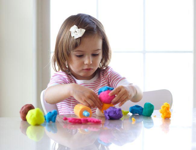 De ce trebuie sa lasi copiii sa se joace cu plastilina