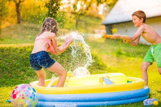 10 idei de jocuri cu apa pentru copii