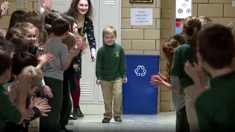Video.Moment emotionant. Un copil revine la scoala dupa 3 ani de lupta cu cancerul, in ovatiile colegilor