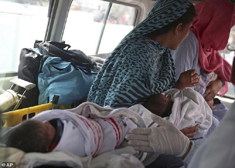 """Un nou-nascut impuscat de doua ori intr-un atac terorist a supravietuit: """"Sa vezi asa ceva este infiorator"""""""