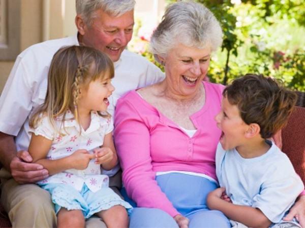 Indemnizatie bunici. Bunicii vor primi bani de la stat pentru a avea grija de nepoti