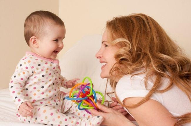 Nu este prostesc sa vorbesti pe limba bebelusilor. Este un mod serios de a-ti invata copilul