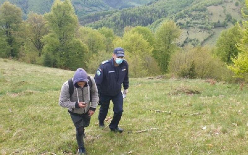 Un barbat care a mers 7 km ca sa ii duca mancare fetitei a fost atacat de o haita de lupi