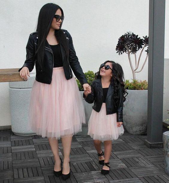 Noua moda: parintii isi imbraca copiii la fel ca pe ei