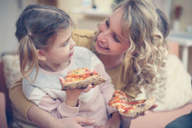 Nu e nimic rau in a le da copiilor pizza la cina