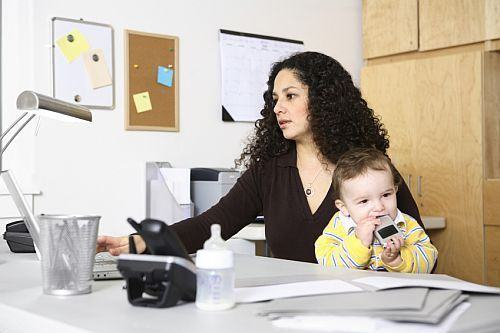 Decizii pentru mame: acasa sau la birou?