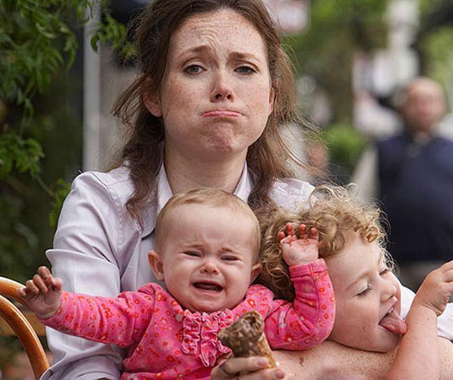 Studiu: Mamele care lucreaza cu norma intreaga sunt cu 40% mai stresate