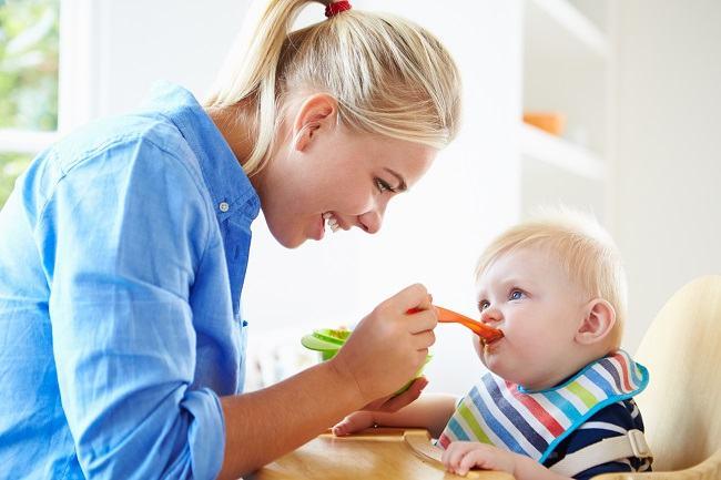 Intarcarea copilului, grea incercare si pentru mama, si pentru copil. Cum faci trecerea mai usoara