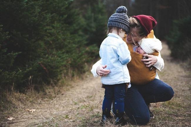 Studiu: Femeile care cresc fara tata sunt mai inteligente