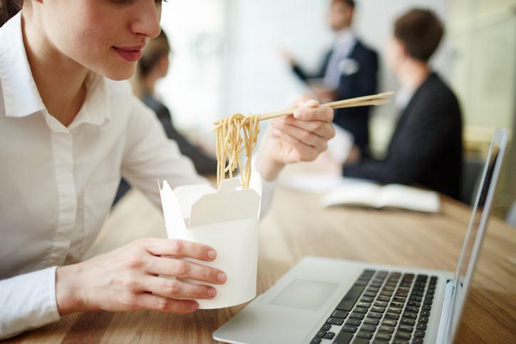 Nu manca asta la birou! 8 mancaruri pe care ar trebui sa le eviti la locul de munca