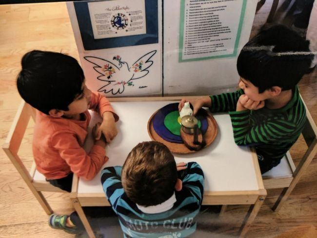 """""""Masa pacii"""", o tehnica Montessori pentru rezolvarea conflictelor din casa"""