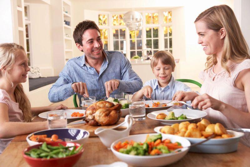 4 lucruri pe care NU ar trebui sa le spui copilului in timpul mesei